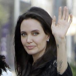Chuda Angelina Jolie pozdrawia fanów