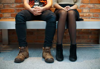 układ nóg podczas siedzenia