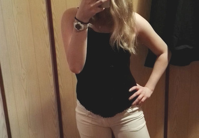 dziewczyna robi sobie selfie w lustrze