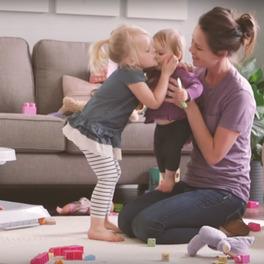 matka bawi się z dziećmi w salonie