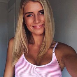 Selfie blogerki fitness- blondynki w czerwono-białej bluzce