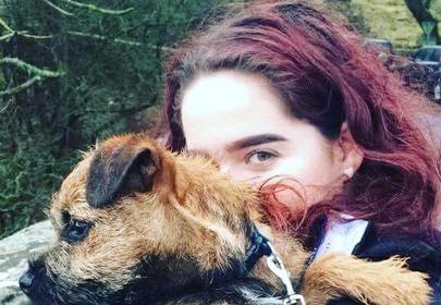 dziewczyna z psem na rękach