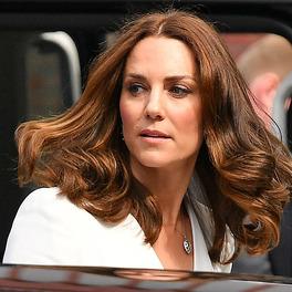 Kate Middleton w rozpuszczonych włosach wychodzi z samochodu