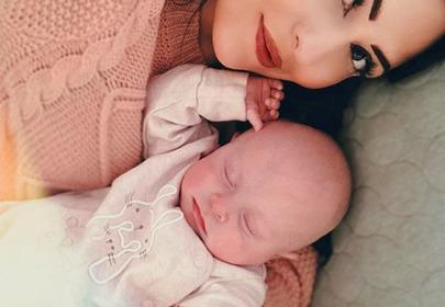 Kobieta po porodzie skrytykowana za mocny makijaż