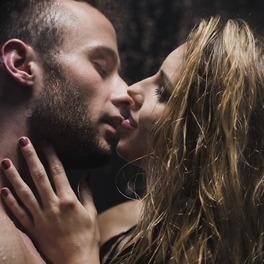 Całująca się para pod prysznicem