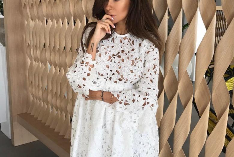 Natalia Siwiec w białej, koronkowej sukience