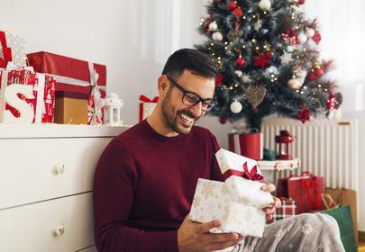 mężczyzna z prezentami na Boże Narodzenie