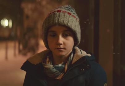 chłopiec w świątecznej reklamie Allegro