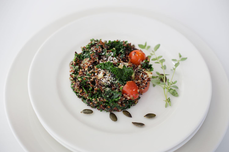 Przepis na sałatkę z awokado, jarmużem i quinoą