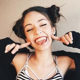 uśmiechnięta dziewczyna selfie