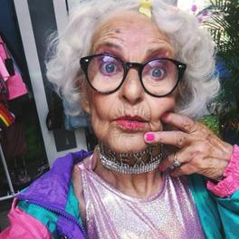 Selfie Baddie Winkle w kolorowej stylizacji