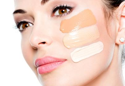 kobieta z próbkami podkładów na twarzy