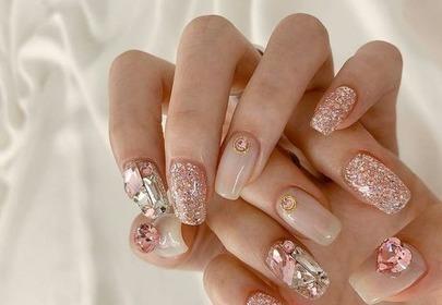 Cyrkonie na paznokcie - jak przykleić, żeby się trzymały?