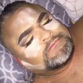 umalowany śpiący mężczyzna