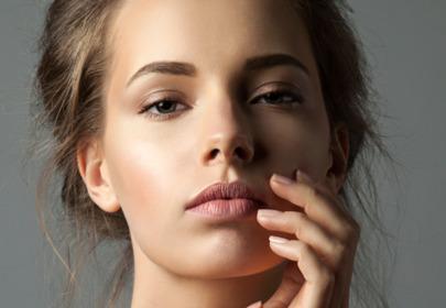 kobieta z pięknymi brwiami