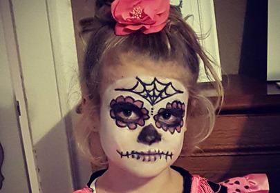 dziewczynka z halloweenowym makijażem