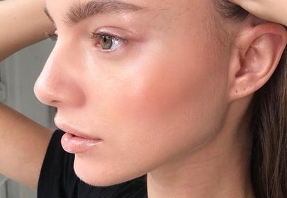 kobieta z rozświetloną skórą