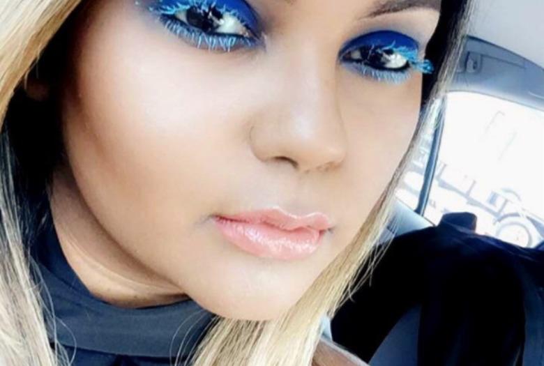 Niebieski makijaż z błękitnym tuszem do rzęs