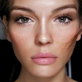 piękna kobieta rozświetlający makijaż strobing delikatny make up