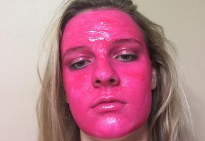 dziewczyna z twarzą pomalowaną farbą na różowo