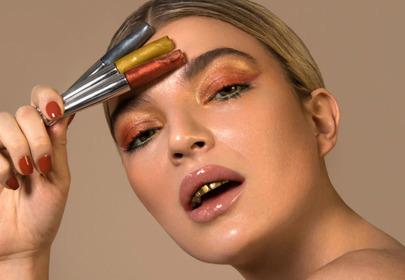 kobieta ze złotymi zębami