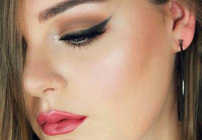 młoda dziewczyna z makijażem