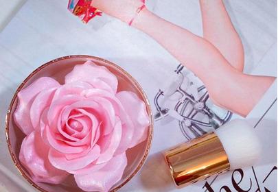 puder w kształcie róży Lancome
