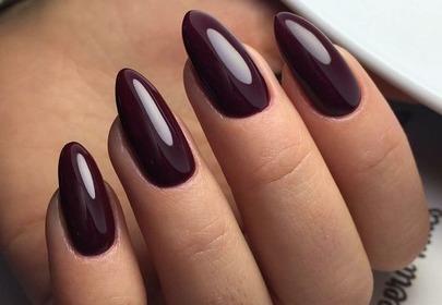 bordowy manicure