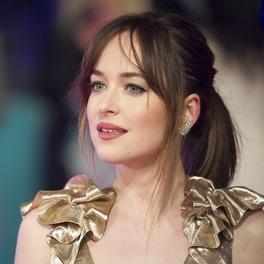 Anastasia Steel w złotej sukience