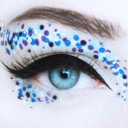 Makijaż powiek w kropki wykonane niebieskim eyelinerem