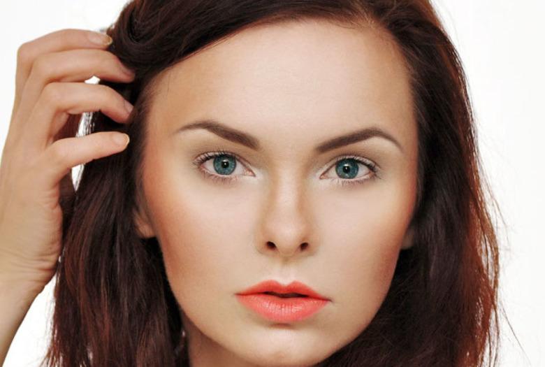 Makijaż z pomarańczowymi ustami krok po kroku