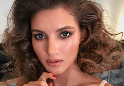 modelka z błyszczącym makijażem
