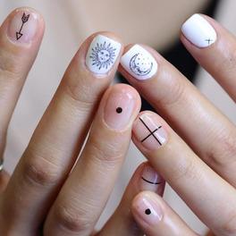Manicure przypominający tatuaż na paznokciach