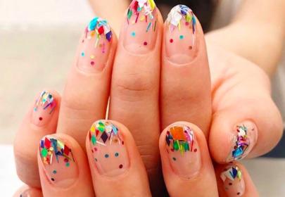 Modny manicure z konfetti na wiosnę i lato