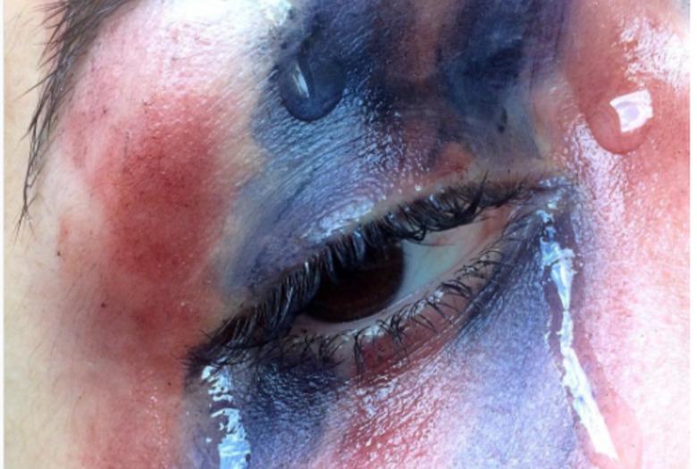 czerwono-niebieski makijaż ze spływającą łzą
