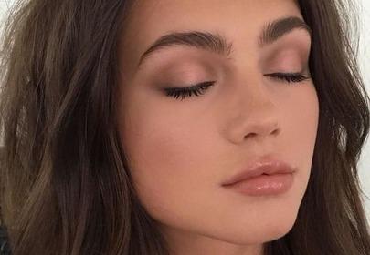 dziewczyna z matową skórą z zamkniętymi oczami