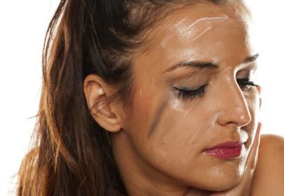 dziewczyna zmywa makijaż