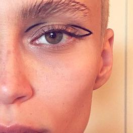 negative space na powiece wykonany czarnym eyelinerem