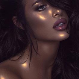 kobieta w makijażu rozświetlającym strobing