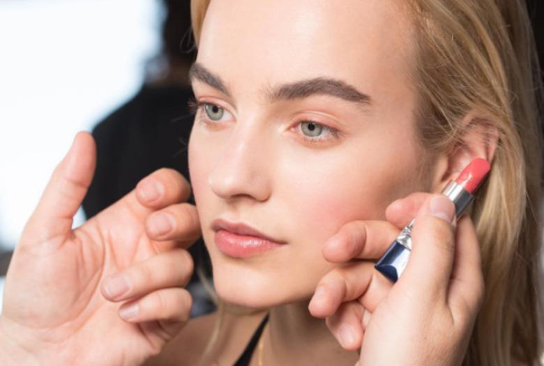 Modelka malowana na pokaz Diora