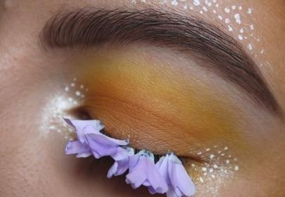 makijaż oka z płatkami kwiatów przyklejonymi do powieki