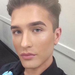 chłopak w makijażu