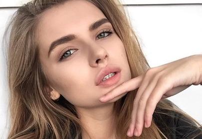 blondynka z piękną cerą w czarnej bluzce selfie