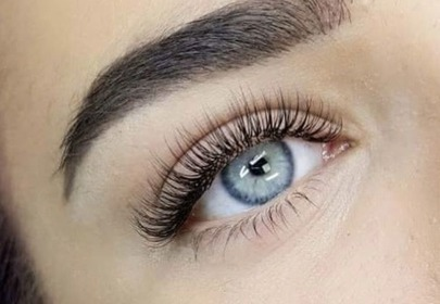 oko z długimi rzęsami