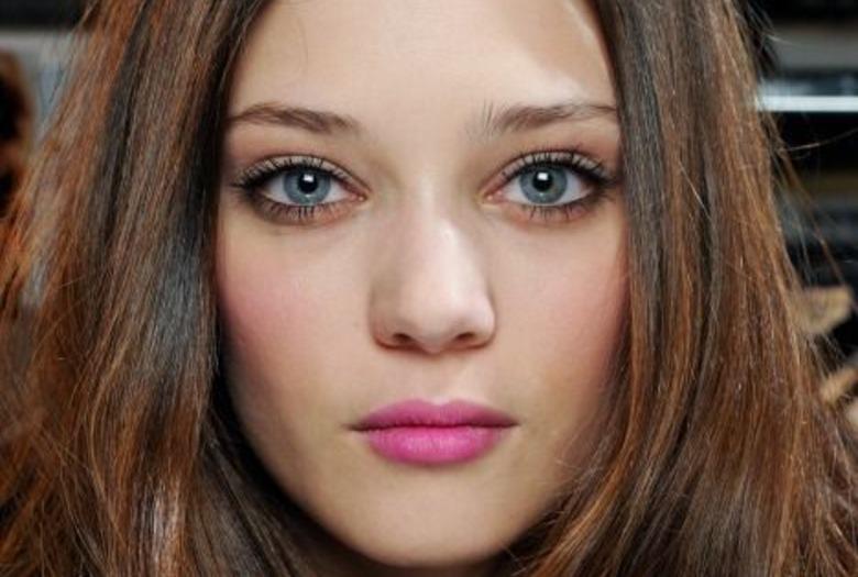 kobieta z jasnoróżowymi ustami