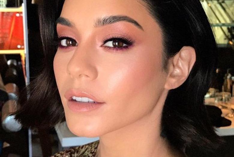 Kobieta z makijażem z różowym rozświetlaczem