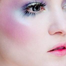 Pastelowy makijaż w kolorach różu, niebieskiego, pomarańczy na dziewczynie o bardzo jasnej cerze
