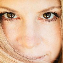 Blondynka z długimi rzęsami zbliżenie na oczy