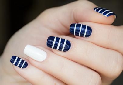 Manicure w marynarskie paski