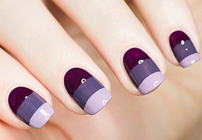 Manicure z fioletowymi paskami